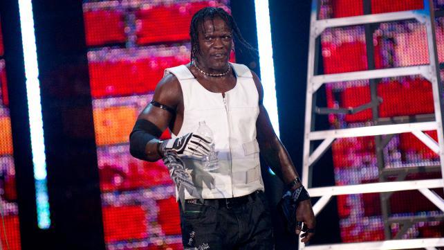 أر تروث يكشف عن سر بقاءه الطويل مع WWE