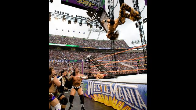 جون موريسون يشارك مصارعين WWE الاحتفال بالعام الجديد (صور)