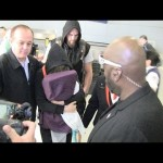 روندا روزي تخفي وجهها  أمام الكاميرا ووايت يعدها بإعادة النزال (فيديو)
