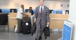 مذيع يسخر من ملابس جون سينا في أحد المطارات (فيديو) كل الأخبار يوتيوب المصارعة الحرة  جون سينا 2016 جون سينا أخبار المصارعة 2016