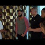 زاك رايدر ورواولي والأوسوز يتناولون طبق الكبسة الشهير في السعودية (فيديو)