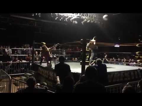 كودي رودس يضرب زوجته براندي أمام الجماهير (فيديو)