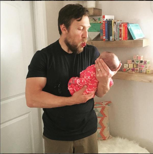 مجموعة من الصور المميزة لدانيال براين مع زوجته وابنته (صور)