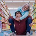 إعلان تجاري جديد وطريف لجون سينا ووالدته (فيديو)