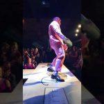 موجو راولي يرقص بطريقة غريبة خلال عرض للأزياء (فيديو)